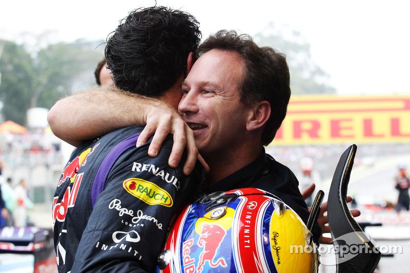 (L naar R): Mark Webber, Red Bull Racing viert zijn 2e plaats met Christian Horner, Teambaas Red Bull Racing