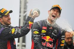 Mark Webber, de Red Bull Racing festeja su segundo puesto y su último GP en el podio junto a su co-equipero Sebastian Vettel