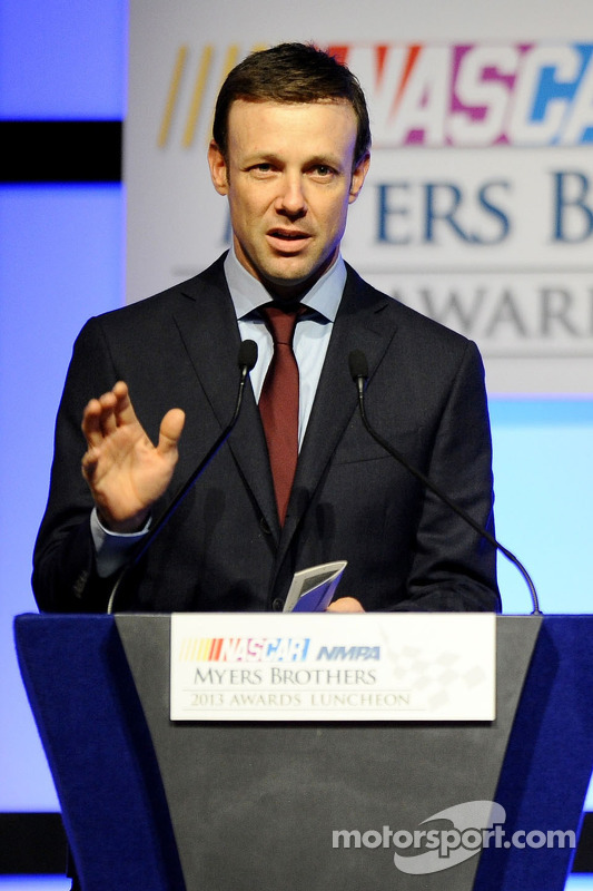 Matt Kenseth fala no palco após vencer o Mobil 1 piloto do ano no NMPA Myers Brothers Awards Luncheon