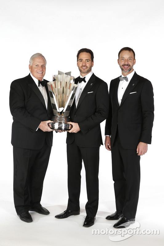 campeão de 2013 Jimmie Johnson com o chefe de sua equipe, Chad Knaus e o dono do time, Rick Hendrick