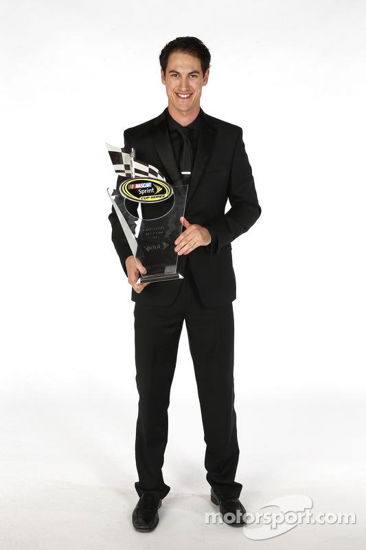 Joey Logano posa para o retrato com o seu troféu de oitavo lugar