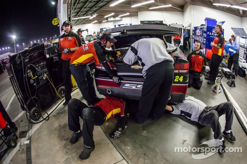 Jeff Gordon'un ekip üyeleri çalışıyor, Hendrick Motorsports Chevrolet