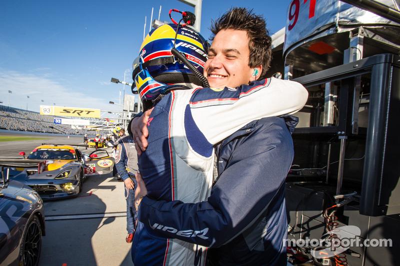 GT Pole kazananı Marc Goossens kutlama yapıyor ve Dominik Farnbacher