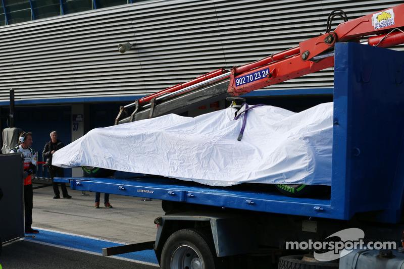 La Sahara Force India F1 VJM07 di Sergio Perez, Sahara Force India F1 viene portata di nuovo ai box sul retro di un camion