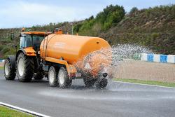 洒水车弄湿赛道,这一天宣布是官方的倍耐力轮胎测试湿地日