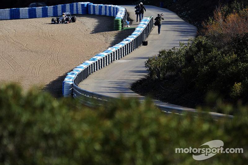 Esteban Gutierrez, Sauber C33 runs into a gravel trap
