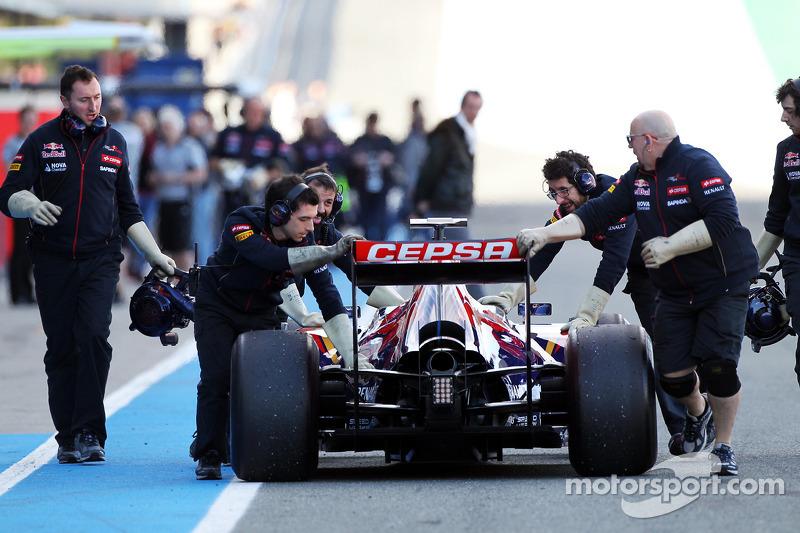 La Scuderia Toro Rosso STR9 di Jean-Eric Vergne, Scuderia Toro Rosso viene portata di nuovo ai box dai meccanici