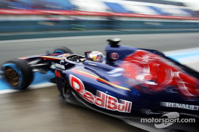 Daniil Kvyat, Scuderia Toro Rosso STR9 leaves the pits