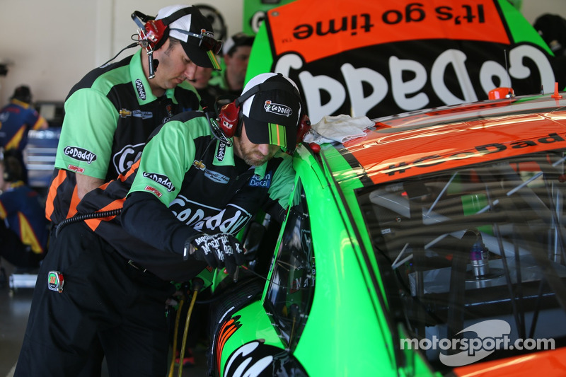 Danica Patrick, Stewart-Haas Racing Chevrolet takım üyeleri araç üzerinde çalışıyor