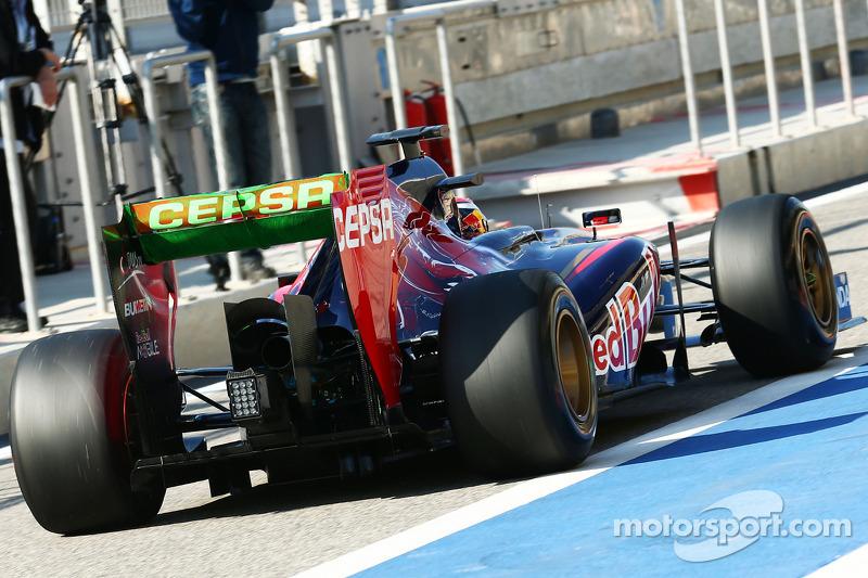 Daniil Kvyat, Scuderia Toro Rosso STR9 arka kanatta akışı gösteren boyayla birlikte