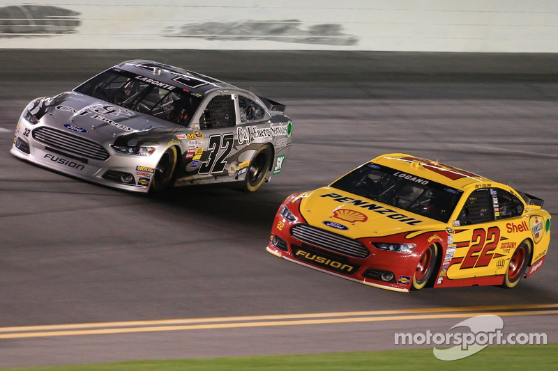 Terry Labonte, FAS Lane Racing Ford e Joey Logano, Team Penske Ford