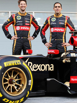 (L to R): Romain Grosjean, Lotus F1 Team and team mate Pastor Maldonado, Lotus F1 Team as the Lotus F1 E22 is officially unveiled