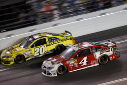 Kevin Harvick, Stewart-Haas Racing Chevrolet and Matt Kenseth, Joe Gibbs Racing Toyota