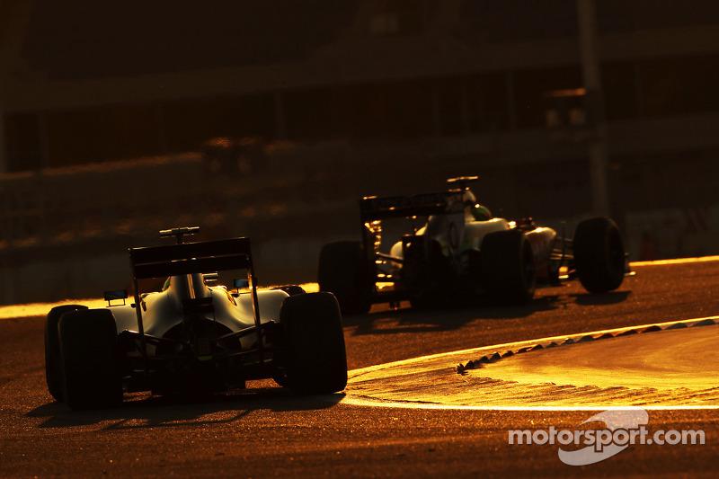Sergio Perez, Sahara Force India F1 VJM07, davanti a Felipe Massa, Williams FW36