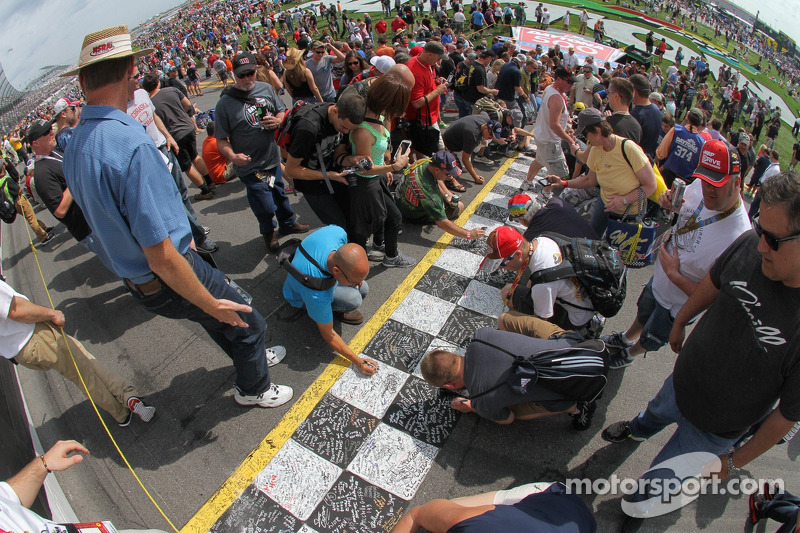 Taraftarlar start-finiş çizgisini imzalıyor