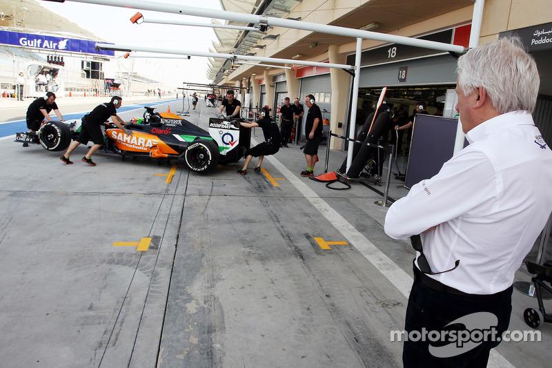 Charlie Whiting, FIA Delegesi Sergio Perez'i pitte izliyor, Sahara Force India F1 VJM07