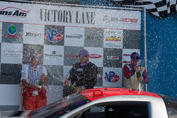 RJ Lopez, Simon Gregg e Cliff Ebben celebrate on the podium