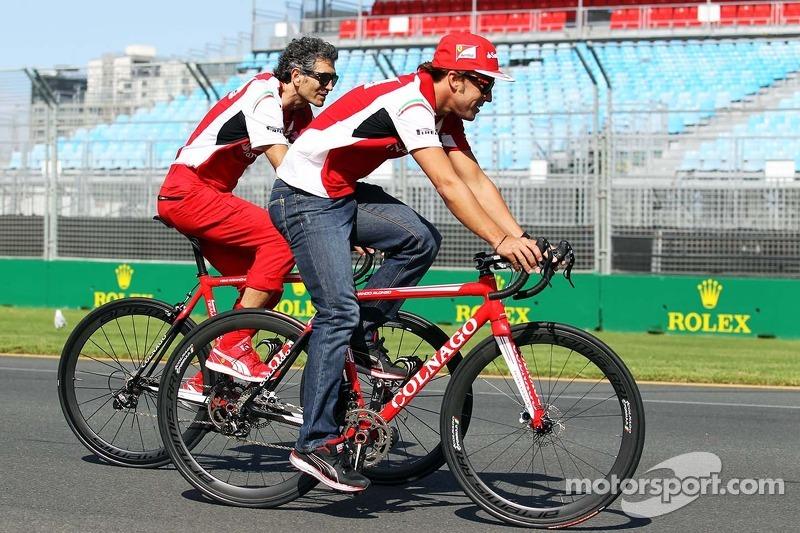 Fernando Alonso, Ferrari pistte bisiklet sürüyor ve Edoardo Bendinelli, Kişisel Antrenör