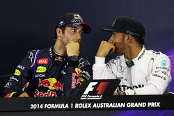 (Da sinistra a destra): Daniel Ricciardo, Red Bull Racing con Lewis Hamilton, Mercedes AMG F1 alla conferenza stampa FIA