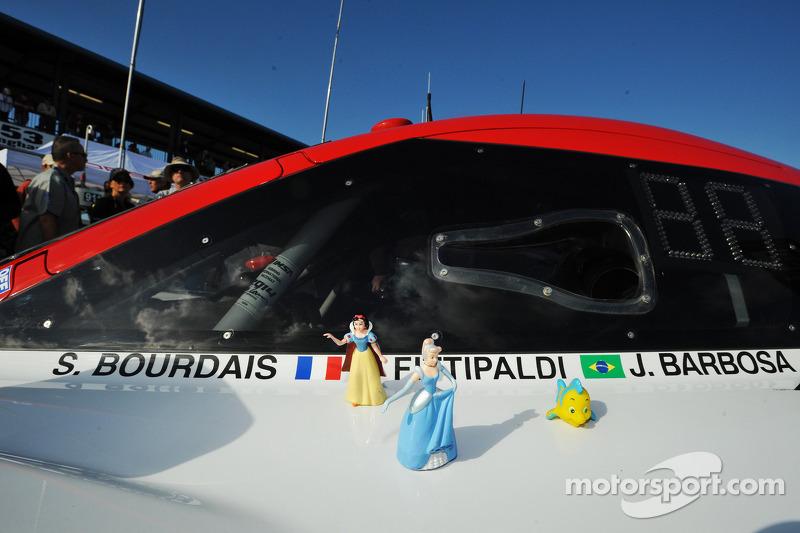 Çizgi film karakteri #5 Action Express Racing Corvette DP Chevrolet aracının üstünde