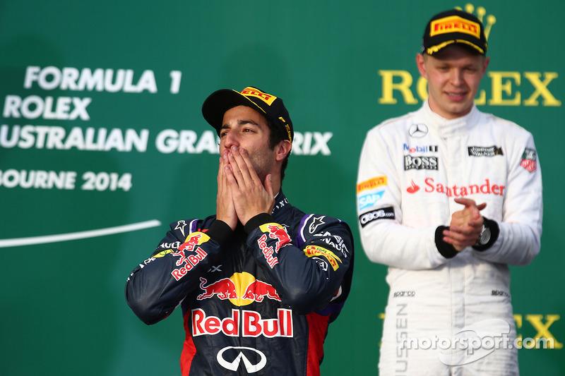 Daniel Ricciardo, Red Bull Racing RB10 ve Kevin Magnussen, McLaren MP4-29