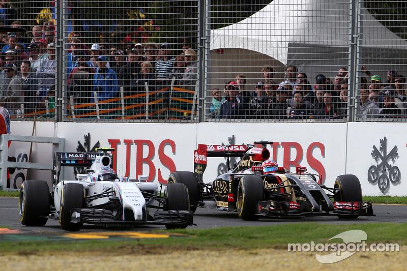 Valtteri Bottas, Williams FW36 e Romain Grosjean, Lotus F1 E22 lottano per la posizione