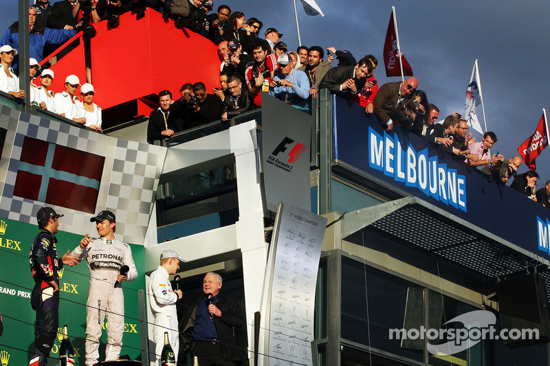Il podio, Daniel Ricciardo Red Bull Racing, secondo; Nico Rosberg, Mercedes AMG F1, vincitore della gara; Kevin Magnussen, McLaren, terzo; Alan Jones (AUS)