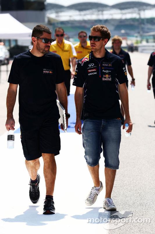 Sebastian Vettel, Red Bull Racing anda no circuito com Guillaume Rocquelin, Red Bull Racing engenheiro