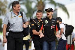 (Soldan Sağa): Mario Isola, Pirelli Yarış Menajeri ve Pastor Maldonado, Lotus F1 Takımı