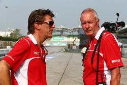 (Soldan Sağa): Graeme Lowdon, Marussia F1 Takımı Baş Yöneticisi ve John Booth, Marussia F1 Takımı Takım Müdürü