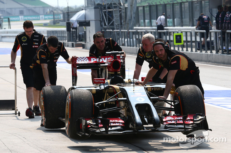 La Lotus F1 E22 di Romain Grosjean, Lotus F1 Team è spinto verso la corsia box dopo l'arresto in pis