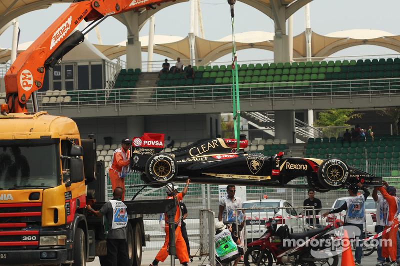 La Lotus F1 E22 di Romain Grosjean, Lotus F1 Team è portata di nuovo ai box sul retro di un camion