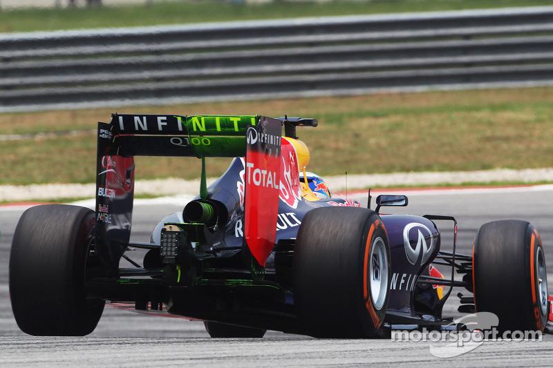 Daniel Ricciardo, Red Bull Racing RB10 running flow-vis paint