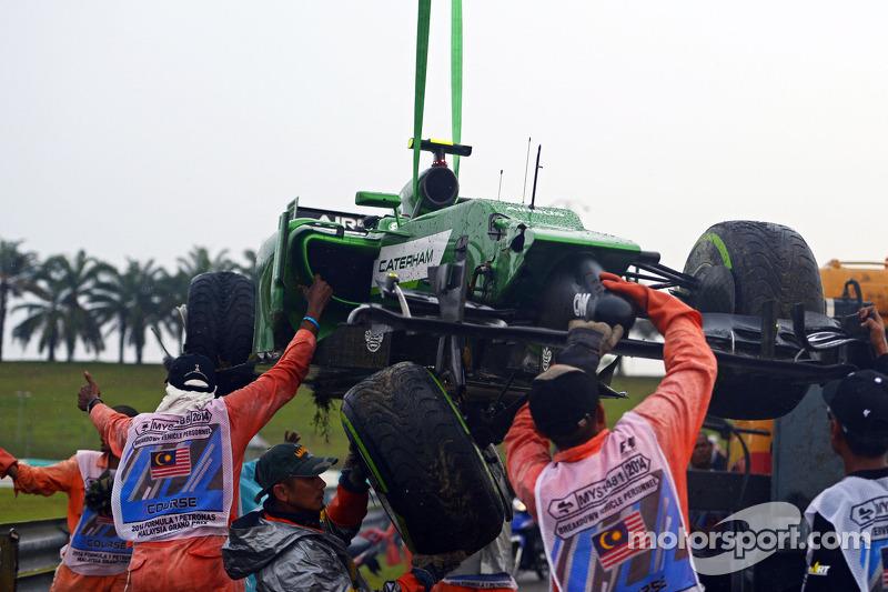 La Caterham CT05 di Marcus Ericsson, Caterham viene recuperata dai commissari dopo l'incidente