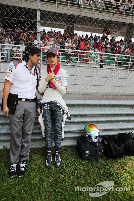 Esteban Gutierrez, Sauber ve Francesco Nenci, Sauber Yarış mühendisi gridde