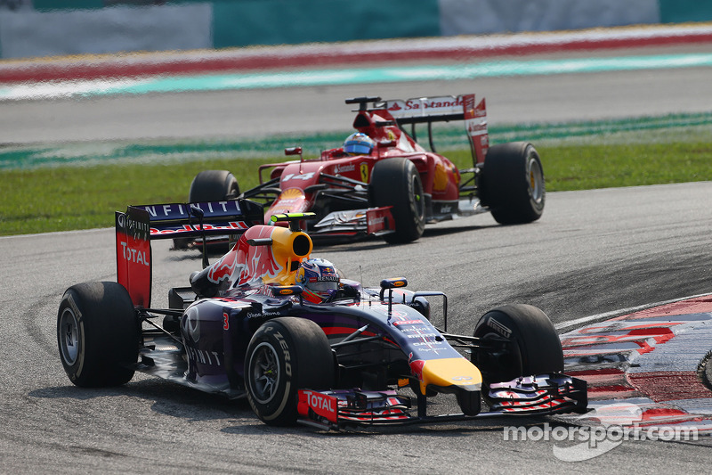 Daniel Ricciardo, Red Bull Racing RB10 leads Fernando Alonso, Ferrari F14-T