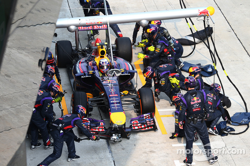 Daniel Ricciardo, Red Bull Racing RB10 pit stop