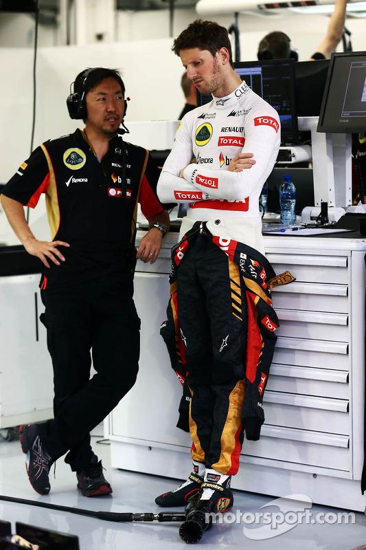 Romain Grosjean, Lotus F1 Team com Ayao Komatsu, Lotus F1 Team engenheiro de corrida