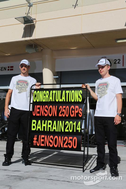 (Esquerda para direita): Jenson Button, McLaren, celebrando seu 250º GP, com o companheiro Kevin Mag