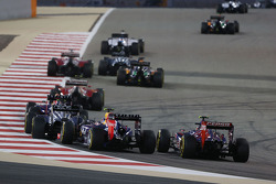 Daniel Ricciardo, Red Bull Racing RB10 and Daniil Kvyat, Scuderia Toro Rosso STR9 at the start of the race