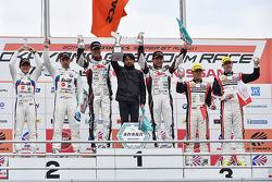 GT300获胜者谷口信辉,片冈龙也,第二名约格·穆勒,荒圣治,第三名平中克幸和比约恩·威德海姆