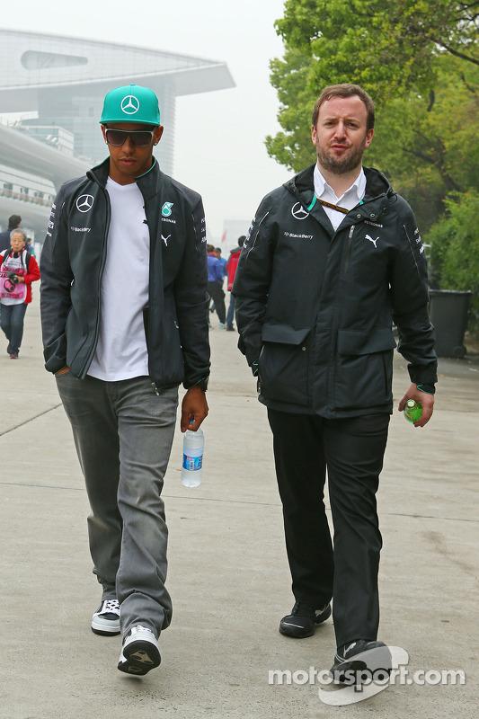 Lewis Hamilton, Mercedes AMG F1, com Bradley Senhor, Mercedes AMG F1 Communications Manager