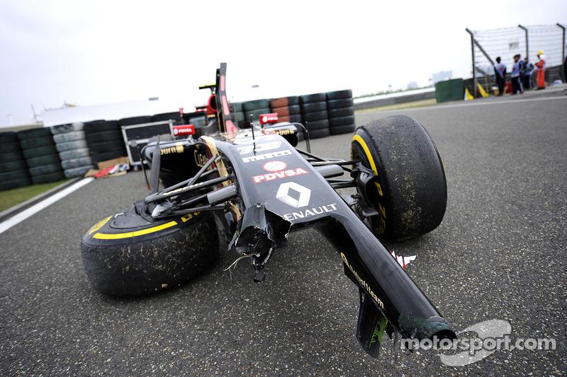 El auto dañado Lotus F1 E22 de Pastor Maldonado, Lotus F1 Team, que choco en la FP2