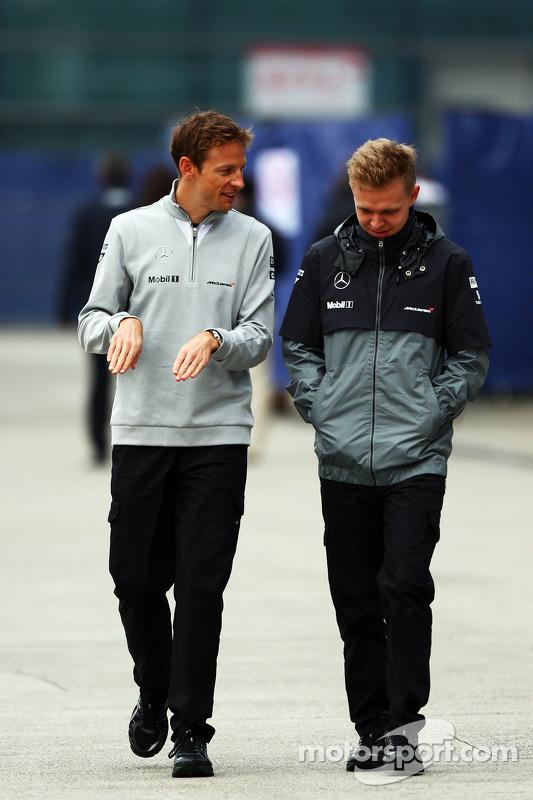 (Esquerda para direita): Jenson Button, McLaren, com seu companheiro Kevin Magnussen, McLaren
