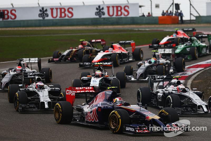 Daniil Kvyat, Scuderia Toro Rosso STR9 yarışın startında.
