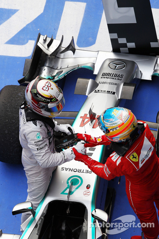 Vencedor da corrida Lewis Hamilton, Mercedes AMG F1 W05 celebra no parc ferme com Fernando Alonso, F