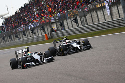Esteban Gutierrez, Sauber C33 and Kevin Magnussen, McLaren MP4-29 battle for position