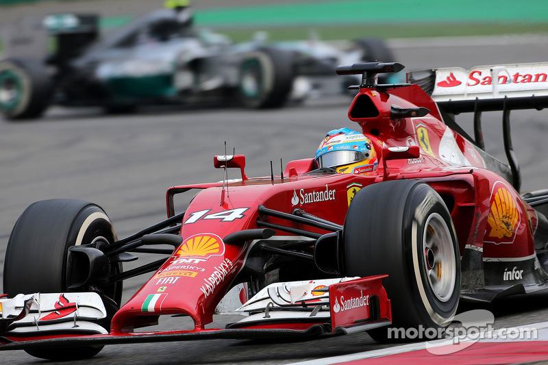Fernando Alonso, Scuderia Ferrari; Nico Rosberg, Mercedes AMG F1