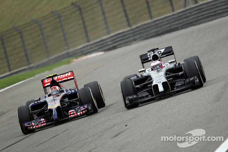 Daniil Kvyat, Scuderia Toro Rosso STR9 and Jenson Button, McLaren MP4-29 battle for position