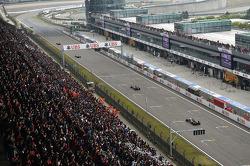 Daniil Kvyat, Scuderia Toro Rosso STR9 leads Sergio Perez, Sahara Force India F1 VJM07